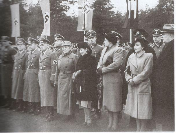Munck (eturivi 5. vasemmalta) suomalaisen SS- pataljoonan sotilasvalatilaisuudessa Gross- Bornissa 15.lokakuuta 1941.