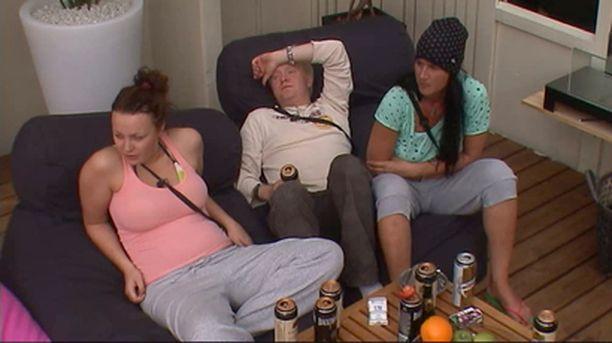 Jelena, Nino ja Minna parantelivat krapulaa terassilla.