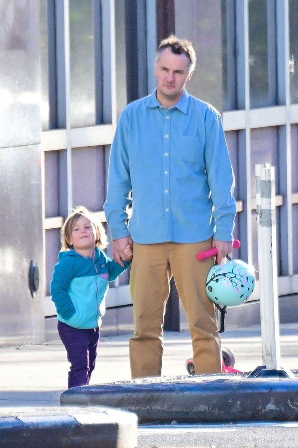 Kuvassa muusikko Phil Elverum ja tytär Agathe marraskuussa 2018.