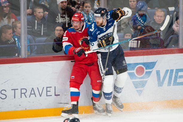 Venäjän Andrei Loktionov oli vaikea pideltävä Suomen puolustukselle. Kuvassa Jani Hakanpää miehen kimpussa.