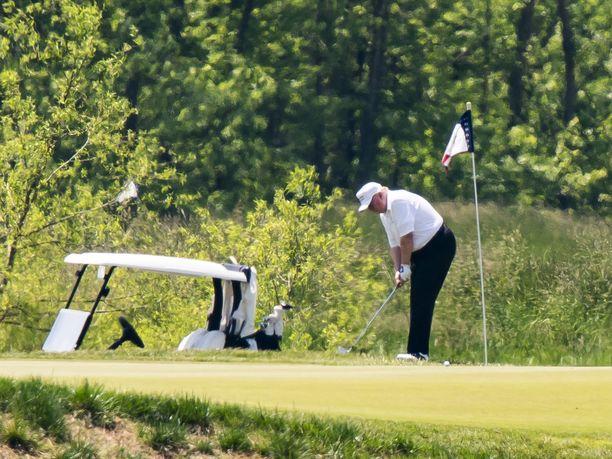 Presidentti Trump kuvattiin pelaamassa golfia omalla kentällään Virginian Sterlingissä.