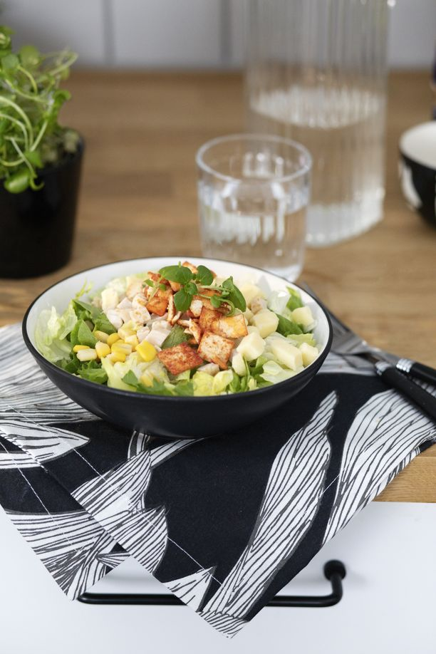 Uusi salaattihaastaja vetoaa myös suomalaisten suosikkimauilla. Kana-Pitachipssalaatti odottaa jo kaupan hyllyllä kokeilijaa.