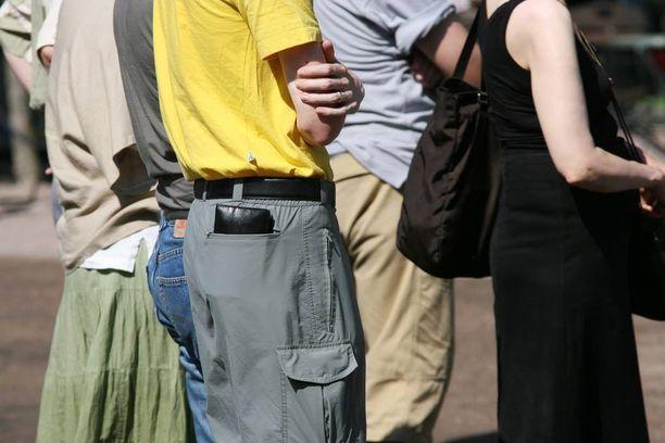 Näin naisen taskut pengotaan.