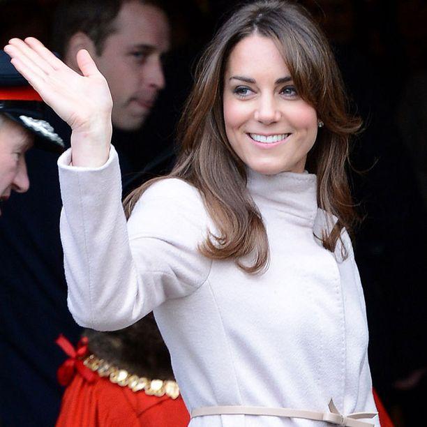 Lyhyemmät suortuvat kehystävät Catherinen kasvoja.