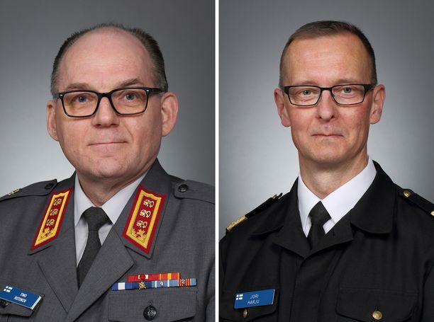 Tuore kenraaliluutnantti Timo Rotonen (vas.) ja lippueamiraali Jori Harju.