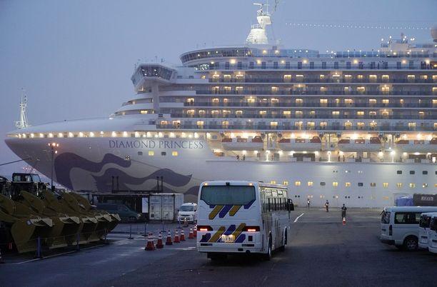 Matkustajia evakuoidaan luksusristeilijältä.