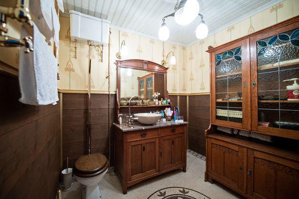 Yläkerran jugendvessan kaappi löytyi Ruotsista, kultaiset yksityiskohdat Englannista, lattiamarmorit Kiinasta ja peilikaappi Hämeenlinnasta.