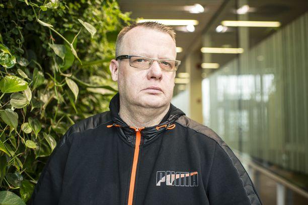 Tommi Antero Aura väittää, että hänen perhettään on uhattu ja hänen omaisuuttaan on rikottu viime päivinä.