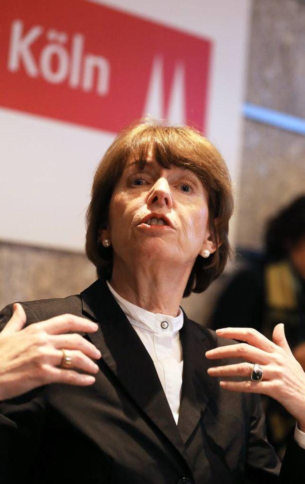 Kölnin pormestari Henriette Reker piti kriisikokouksen ahdisteluepäilyjen vuoksi, muttei onnistunut lausunnossaan.
