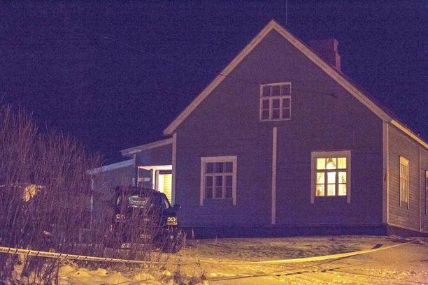 Talossa asui vanhempi pariskunta, jolla on aikuinen poika.