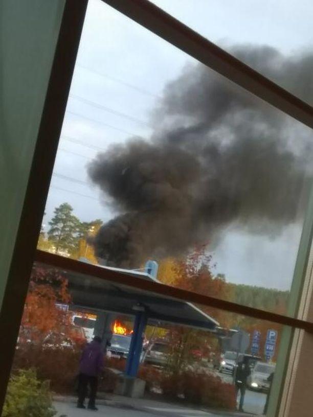 Silminnäkijän kuva kertoo, kuinka rajusta tulipalosta oli kyse.