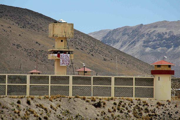 Pahamaineinen Challapalcan vankila sijaitsee yli 200 kilometrin ja - hyvissä olosuhteissa - kuuden tunnin ajomatkan päässä lähimmästä kaupungista. Lämpötilat ovat seudulla päiväsaikaan alle 10 celsiusastetta ja öisin jopa -20. Talvella on vielä kylmempää.