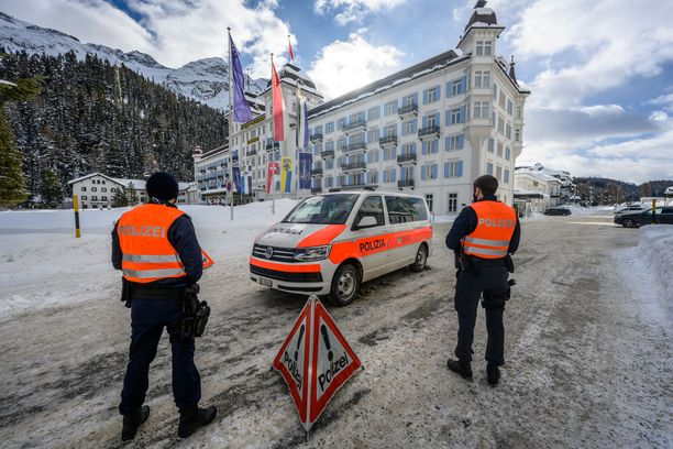 Poliisi vartioi Kempinskin hotellia St. Moritzissa.