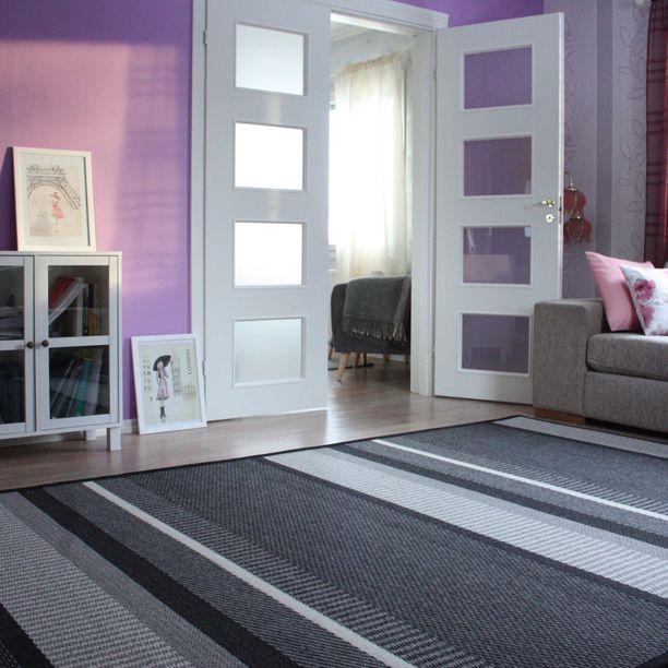 Luonnonmateriaalit sanelevat monien kuluttajien ostokäyttäytymistä. Laituri-villamaton pehmeä pinta on huovutettua villaa. Design: Elina Helenius.