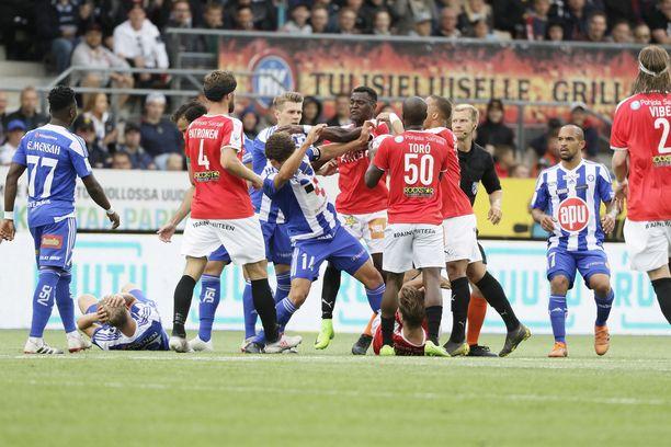 Tunteet kuumenivat Stadin derbyn ensimmäisellä puoliajalla, kun HJK:n nuori lupaus Santeri Väänänen (toinen vas.) kaatui maahan keskikentällä.