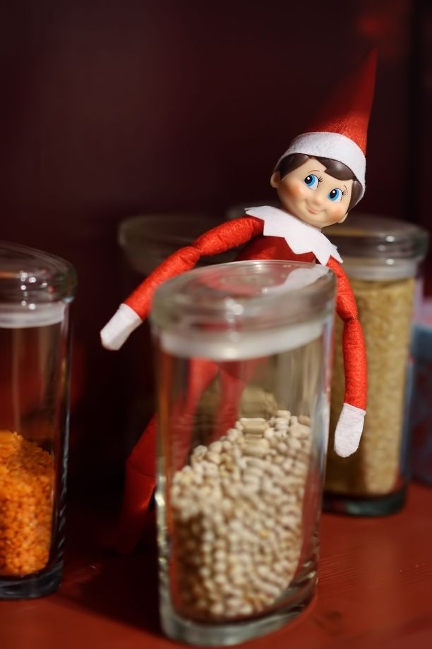 Elf on the shelf on kirvoittanut Yhdysvalloissa kritiikkiä siitä, että tontun jekkujen vaatima panostus on karannut käsistä sosiaalisen median kiihdyttäessä kilpavarustelua. Yksinkertaisimmillaan tonttu seikkailee kotona eri paikoissa - vaikkapa maustehyllyssä.