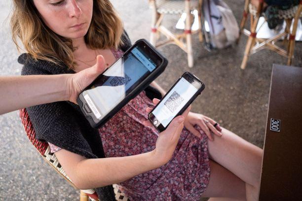 Ranskassa koronapassi on jo laajasti käytössä. Poliisi tarkistaa passeja muun muassa ravintoloissa.