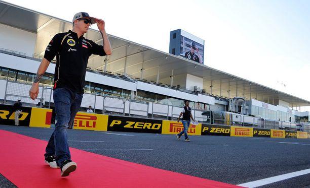 Räikkönen tervehtii kannattajiaan.