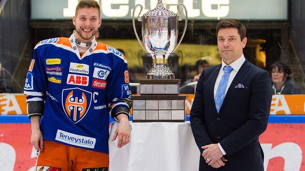 Riku Kallioniemi (oik.) luovutti runkosarjan voittopokaalin viime keväänä Tapparan kapteenille Jukka Peltolalle. Tappara voitti myös mestaruuden - jo toisen peräkkäisen.