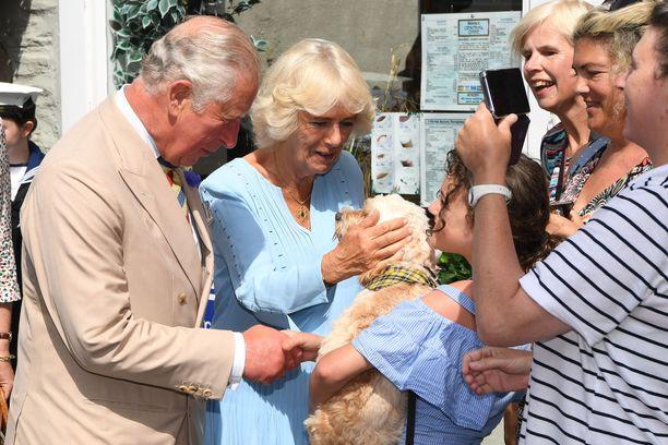Charles ja Camilla tervehtivät kansaa ja koiria.