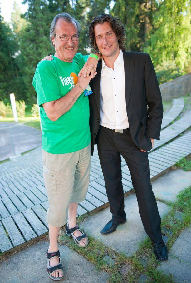Isä ja poika, laulaja Tomi Metsäketo kesällä 2011.