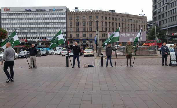 Suomen vastarintaliikkeen jäseniä Helsingin rautatieaseman edustalla Asema-aukiolla.