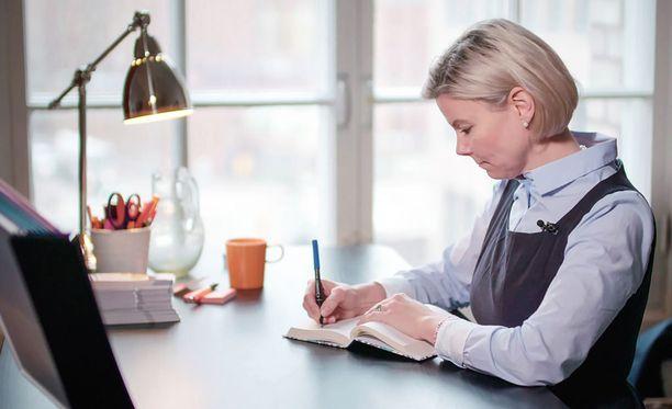 Sari Arolinna kirjoittaa kiitollisuuspäiväkirjaa elämän hyvistä asioista.