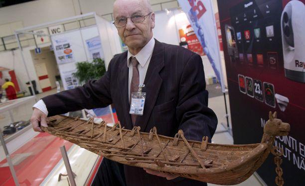 Jyväskyläläinen Raimo Mutanen kertoo, että kaarnaveneessä on noin 500 erillistä kaarnan kappaletta.