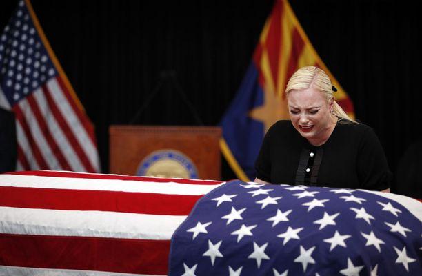 Meghan McCain murtui isänsä arkun äärellä.