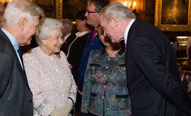 McGuinness siirtyi terrorismista politiikkaan. Tässä hän tapaa kuningatar Elisabetin vuonna 2016.