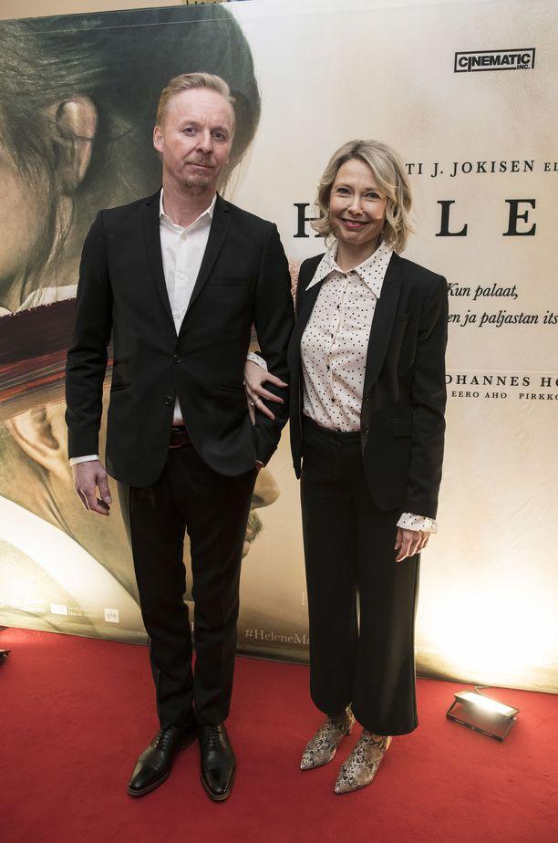 Eero Aho edusti vaimonsa Teresa Meriläinen-Ahon kanssa harvinaisessa yhteiskuvassa.