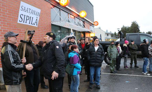 Kempeleessä järjestettiin viime marraskuussa maahanmuuttovastainen mielenosoitus.