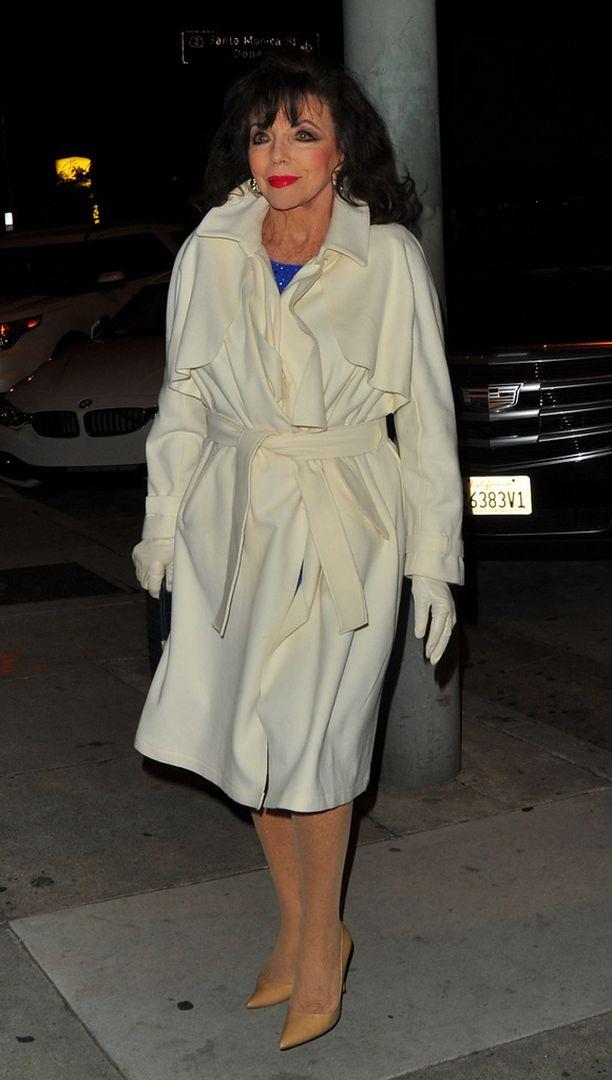 Joan Collins on vielä 83-vuotiaana sähäkkä nainen.