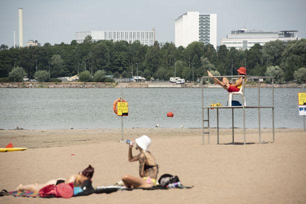 Helteet näyttävät päättyvän viimeistään lauantaina koko maassa. Kuvituskuvaa Hietaniemen uimarannalta Helsingistä.