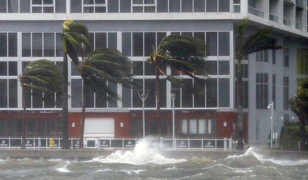 Suomen aikaan aiemmin päivällä Irma iski Miamiin. Nyt se on saavuttamassa Floridan länsirannikkoa nelosluokan hurrikaanina.