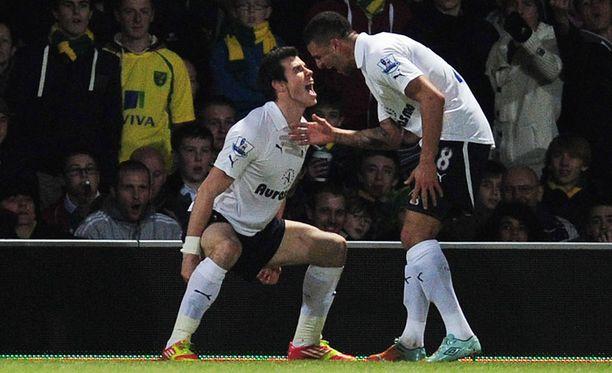 Gareth Bale ja seurakaveri Kyle Walker juhlivat avausmaalia.