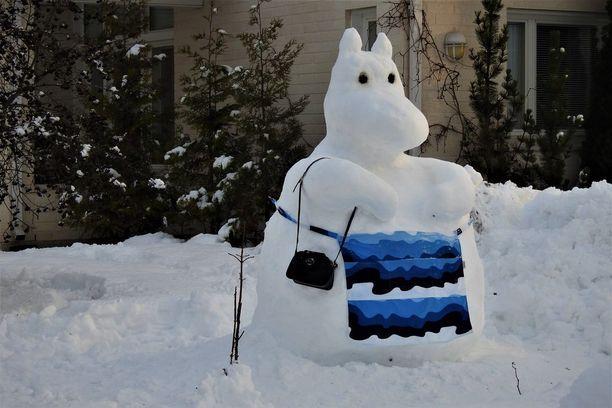Lumimamma edustaa jyväskyläläisen Maarit Siitosen pihalla.