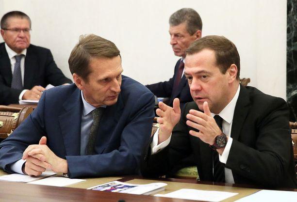 Nykyisin Venäjän ulkomaantiedustelun johtaja Sergei Narishkin (vasemmalla) ja pääministeri Dmitri Medvedev turvallisuusneuvoston kokouksessa.