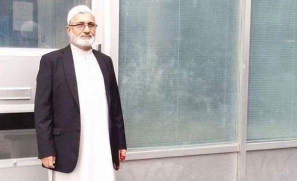 Muhammad Azizi on yhteisönsä vanhin ja rukoushuoneen puheenjohtaja. Hän tyrmää väitteet siitä, että rukoushuoneessa olisi lietsottu radikalismia.