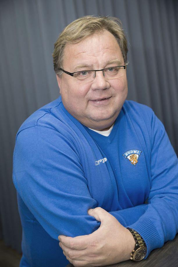 Hannu Jortikka antaa tukkapöllöä Lauri Marjamäelle.
