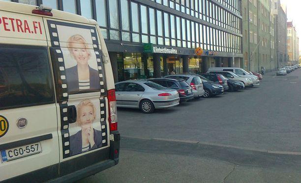 Vaaliauto oli parkkeerattu aivan äänestyspaikan viereen.
