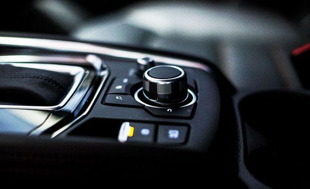 Viihde- ja navigointijärjestelmää ohjataan ajon aikana turvallisesti pyörösäätimestä. Pysähdyksissä näyttö toimii myös kosketuksella.