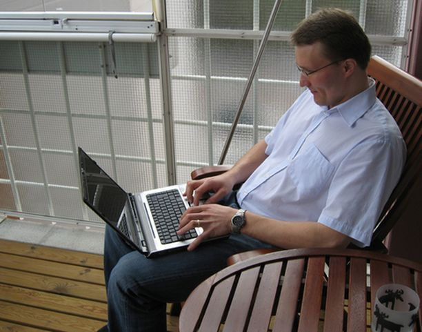 Juppalan kotona on langaton verkko, joten nettisurfailu onnistuu vaikka parvekkeelta.