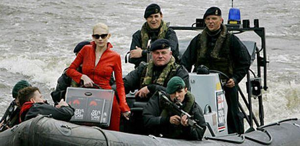 Suomalaissyntyinen malli sai laivaston sotilailta kyydin uusimman Bond-kirjan Devil May Caren julkaisutilaisuuteen.