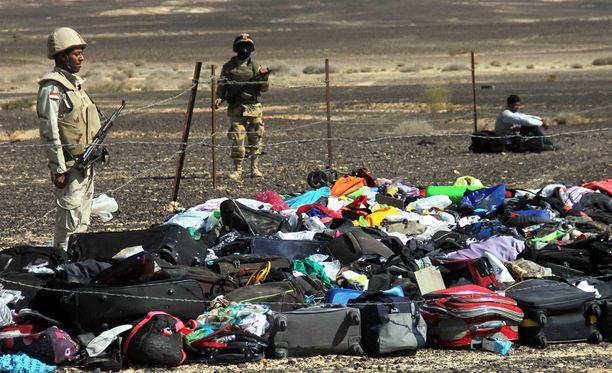 Lento-onnettomuudessa menehtyneiden matkalaukkuja kerättiin Egyptissä.