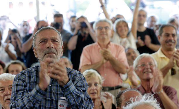 Syrizan kannattajat seurasivat vaaleja Ateenassa.