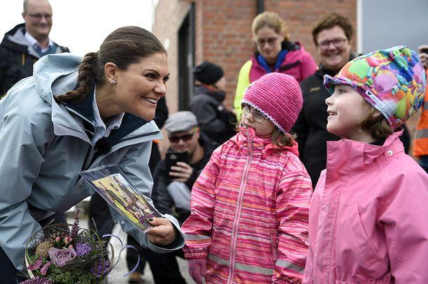 Lapset tulivat tervehtimään kruununprinsessaa.