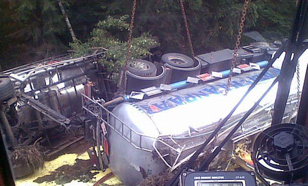 Nestemäistä rikkia kuljettaneen rekan lastista ehti valua parisensataa litraa, kertoo Pelastuslaitos.
