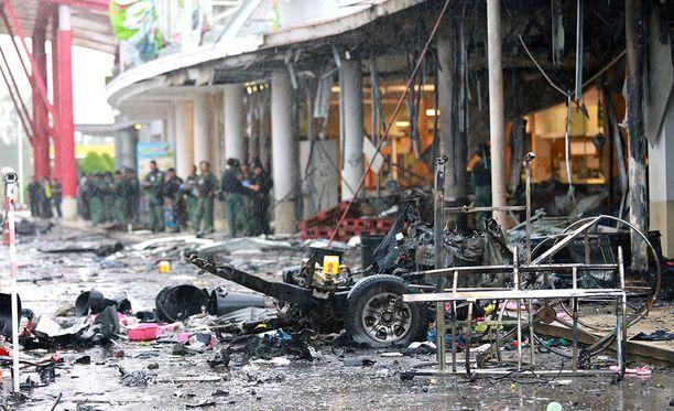 Ainakin 52 ihmistä haavoittui kahden pommin räjähdettyä lähellä supermarketia muslimienemmistöisessä Pattanissa.