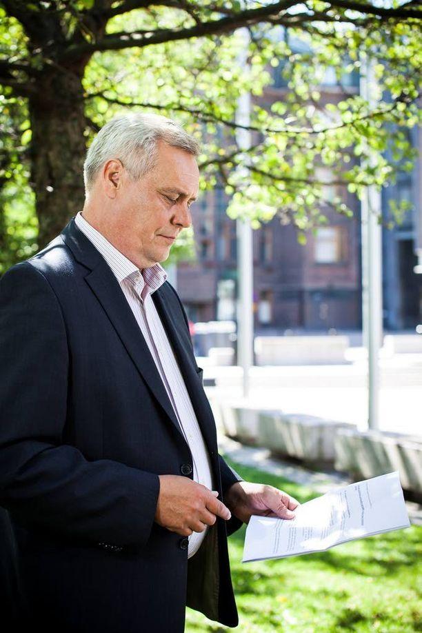 Rinteen kädessä on rasismin vastainen asiakirja, jonka hän soisi kaikkien eduskuntapuolueiden taas allekirjoittavan.